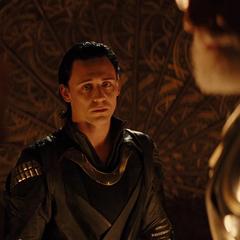 Loki observa a Thor confrontar a Odín.
