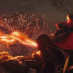 Strange dirige sus rayos hacia Thanos.