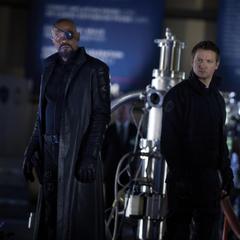 Fury y Barton ven a Loki llegar a la Tierra.