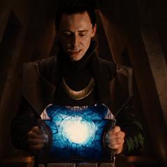Loki sostiene el Cofre de los Antiguos Inviernos.