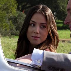 Skye escucha la oferta de Coulson.