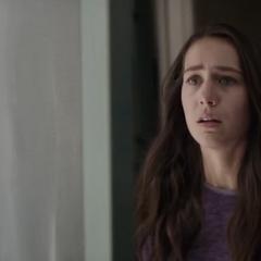 Cassandra recibe a Scott en su casa.