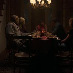 Fury y sus amigos comen después de la batalla.