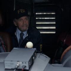 Pym le pide a Lang y van Dyne marcharse rápidamente.