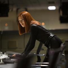 Romanoff recupera información de S.H.I.E.L.D. con una memoria USB.
