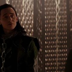 Loki saluda a Frigga tras volver a Asgard.