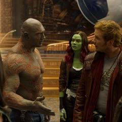 Gamora en el palacio con Quill y Drax.
