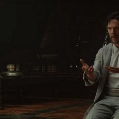 Strange le pregunta a Ancestral acerca de las artes místicas.