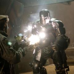 Stark ataca a los soldados de los Diez Anillos.