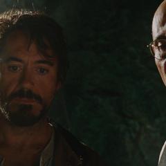 Stark y Yinsen miran los planos de la armadura que van a crear.