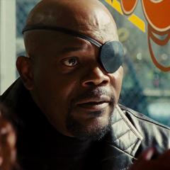 Fury le informa a Stark que hay una última alternativa.