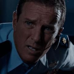 Linden Ashby como Comandante