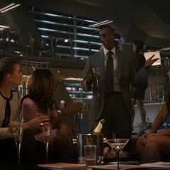 Rhodes le cuenta a los invitados sus misiones.