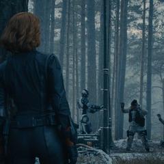 Romanoff observa a la Legión de Hierro encargarse de los soldados de HYDRA.