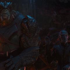 Obsidian trata de interferir en la pelea de Thanos y Hulk.