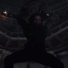 Barnes usa el escudo de Rogers para atacar a Stark.