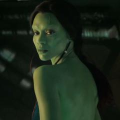 Gamora vistiéndose en la Milano.
