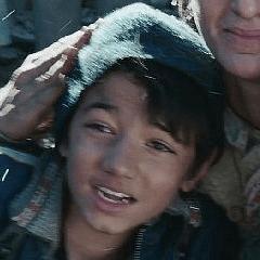 Javan Tahir como un Niño de Gulmira