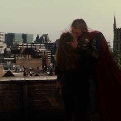 Foster y Thor se besan tras su regreso a la Tierra.