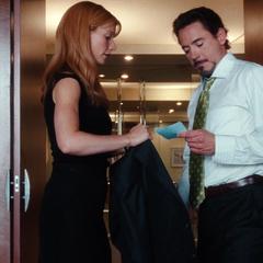 Potts le coloca a Stark su chaqueta.