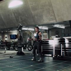 Stark hace pruebas para hacer una nueva armadura.