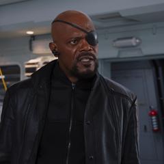 Fury le pregunta a Stark qué está haciendo.