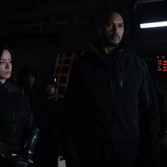 Johnson y Mackenzie a punto de ir a rescatar a Fitz y Simmons.