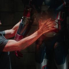 Killian calienta la armadura de James Rhodes.
