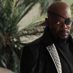 Fury le advierte a Stark que estará observándolo.