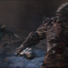 Korg trata de evadir los láseres del Santuario II.