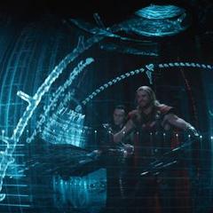 Thor y Loki abordan la nave abandonada de los Elfos Oscuros.