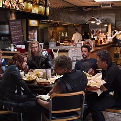 Rogers comiendo Shawarma con el equipo.