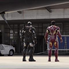 Stark, Rhodes y T'Challa detienen a Rogers.