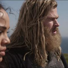 Brunnhilde escucha los nuevos planes de Thor.
