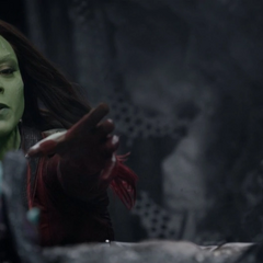 Gamora intenta ayudar a Nebula.