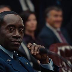 Rhodes viendo la actuación de Stark.