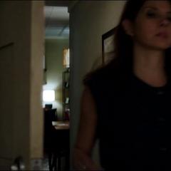 Maybelle entra a la habitación de Peter para atender sus heridas.