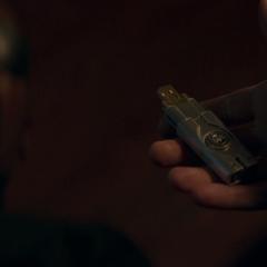 Fury le entrega a Rogers un USB para cancelar el Proyecto Insight.