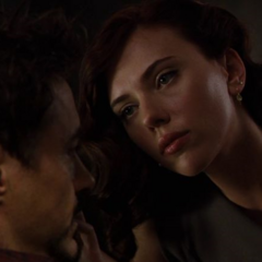 Stark le pregunta a Rushman si debería cancelar la fiesta.