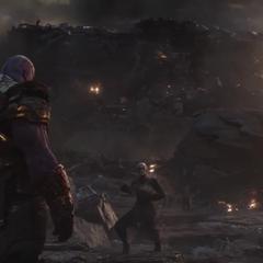Thanos observa a sus aliados desintegrarse.