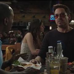 Stark habla con Rhodes sobre el Mandarín.