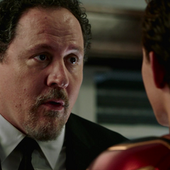Hogan le informa a Parker que