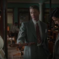Thompson le pide a Carter llenar sus documentos.