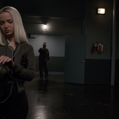 Ruby sigue con su rutina mientras Talbot la sigue.