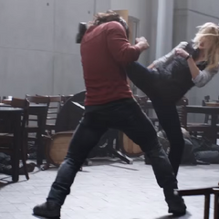 Carter y Romanoff confrontan a Barnes.