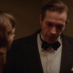 Jarvis le pide a Carter un arma.