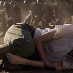 Rogers se lanza encima de la granada para proteger a los soldados.