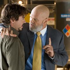 Stark es aconsejado por Stane.