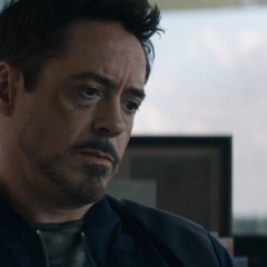 Stark leyendo la carta de Rogers.
