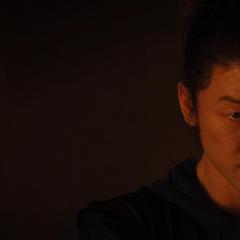 Hogun escucha la confesión de Loki.